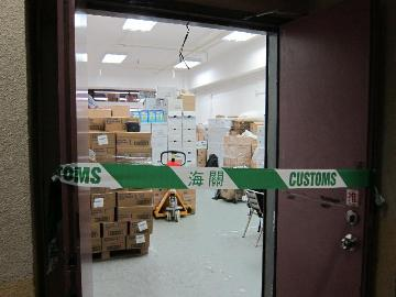 The Customs today (April 8) detected a case for attempting to export unlicensed powdered formula in Sheung Shui. Photo shows the powdered formula store manned by a smuggling syndicate.
